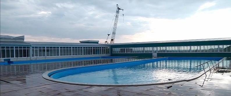 Вид на сферический бассейн с горячей водой