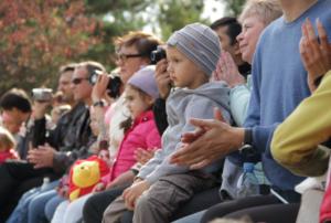 Дети с родителями на представлении по джигитовке