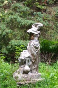 Статуя девушки с кувшином в долине нарзанов