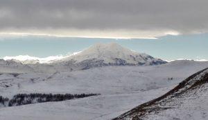 Вид на гору Эльбрус с возвышенностей вблизи долины нарзанов