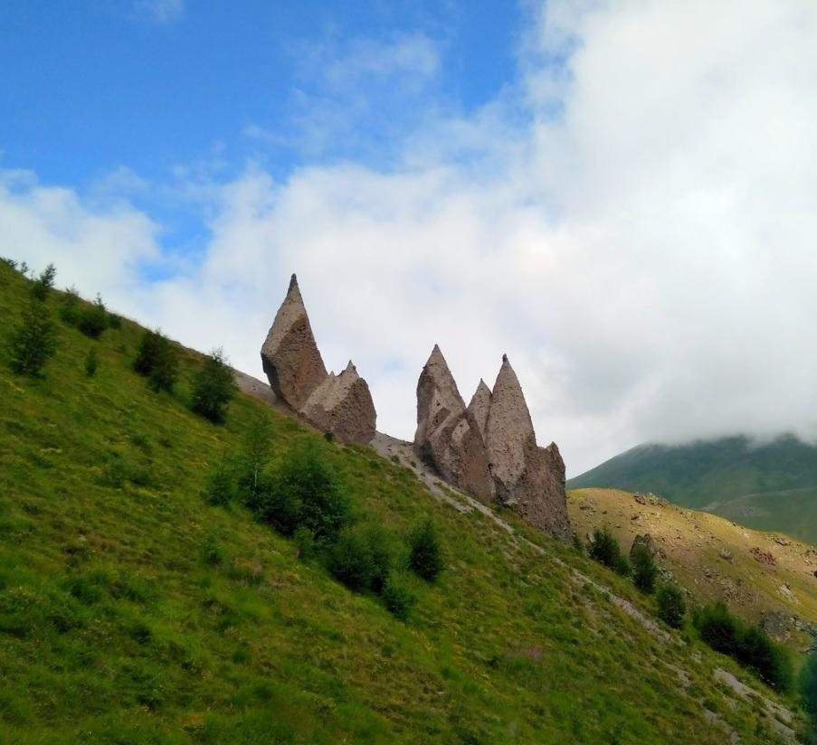 Одинокие скалы в долине нарзанов