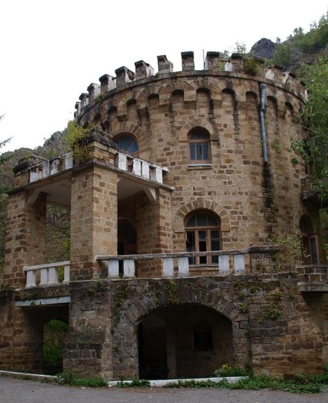 Заброшенный замок в долине нарзанов